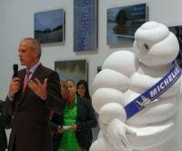 Bib und Kai Ebel lauschen, was Florent Menegaux (Direktor Pkw-/Leicht-Lkw-Reifen bei Michelin) zu berichten hat