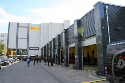 """Pirellis neues Driver Center in Frankfurt soll """"die Kunden mit einem bislang einzigartigen Ambiente überraschen, in dem ein umfangreiches Angebot an professionellen Dienstleistungen rund um den Reifen- und Kfz-Service angeboten wird"""""""
