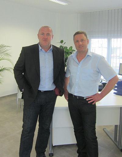 Die Fricke Vertriebsgesellschaft setzt auf die neue Shopgeneration der B2System GmbH: Zum Start der Zusammenarbeit ließ es sich deren Geschäftsführer Jürgen Benz (links) daher nicht nehmen, Stephan Fricke in den neuen Räumlichkeiten des Unternehmens in Mühlengeez bei Rostock einen Besuch abzustatten