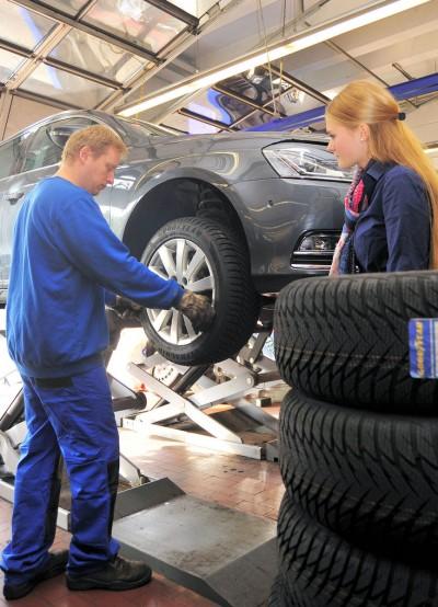 Eine Kundin in der Werkstatt: Dies sollte als gute Gelegenheit verstanden werden, ein Verkaufsgespräch zu führen – Autoservice im Reifenfachhandel muss immer noch 'verkauft' werden
