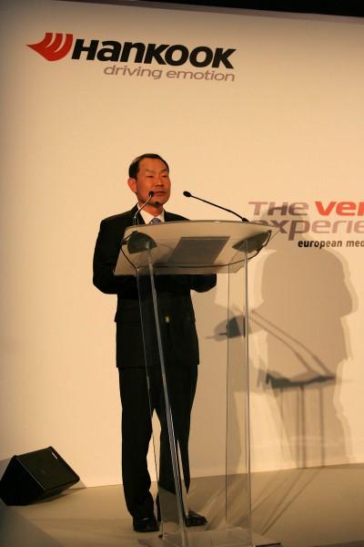 """Hankooks Präsident und neuer Europachef Ho-Youl Pae trat in Barcelona beim """"The Ventus Experience"""" erstmals vor die versammelte Presse und äußerte sich zufrieden mit dem bisher Erreichten"""