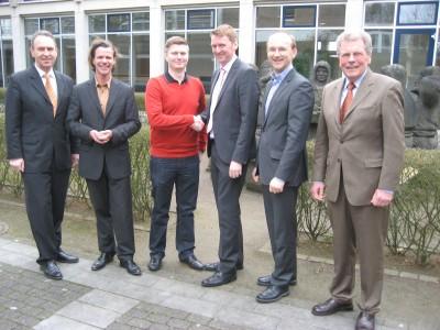 Im Kreis der Dozenten und Prüfer: Lehrgangsbester Sebastian Hunklinger (3. von links) von Pneuhage Reifendienste Süd