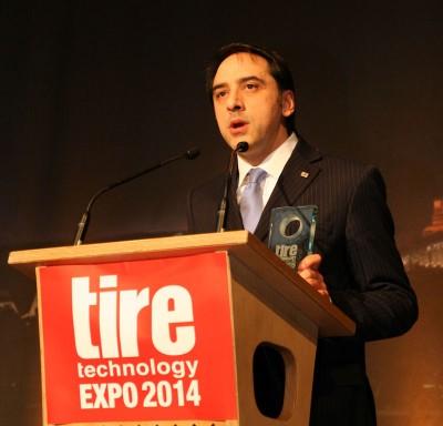 "Emilio Tiberio, Director Consumer Tyre Development, Bridgestone Technical Center Europe, nimmt den ""Tire Technology of the Year"" Award für Bridgestone entgegen."