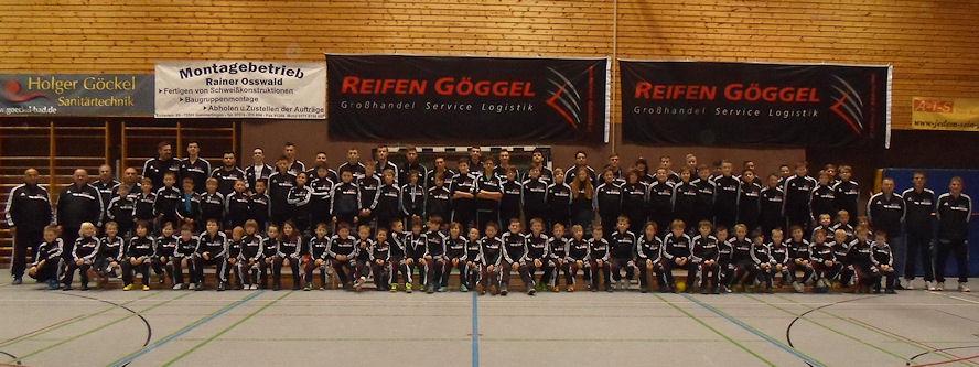"""Mit den einheitlichen Trainingsanzügen soll das Gemeinschaftsgefühl der Jugendfußballer mehrerer Vereine rund um den Göggel-Heimatort Gammertingen gestärkt werden, die neuerdings unter dem Namen """"SG Alb-Lauchert"""" ins Spielgeschehen eingreifen"""