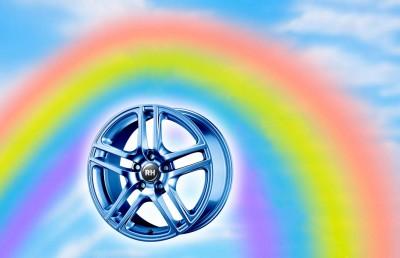 Alle Regenbogenfarben stehen zur Verfügung – und werden doch nicht akzeptiert, sondern weiterhin Silber und alle erdenklichen Schwarzvarianten