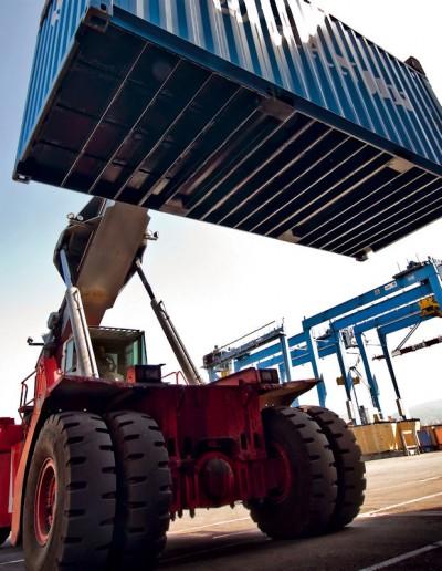 Auch bei den sogenannten Reach Stackern sind von Marangoni runderneuerte Hafenreifen in vielen Häfen und Containerterminals im Einsatz