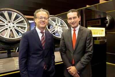 Michael Schwöbel, Vorsitzender der Geschäftsleitung der Pirelli Deutschland GmbH, sowie Geschäftsführer Vertrieb und Marketing Andreas Penkert (von links) empfingen die Standbesucher auf der Reifen-Messe
