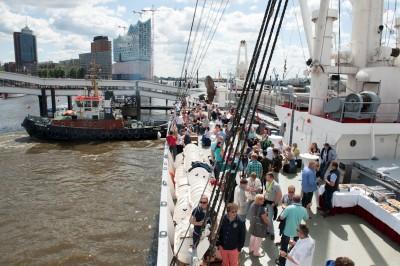 Im Hintergrund ein neues Wahrzeichen der Stadt Hamburg. Die Gamma-Gäste sind allerdings direkt auf einem Wahrzeichen: der Cap San Diego