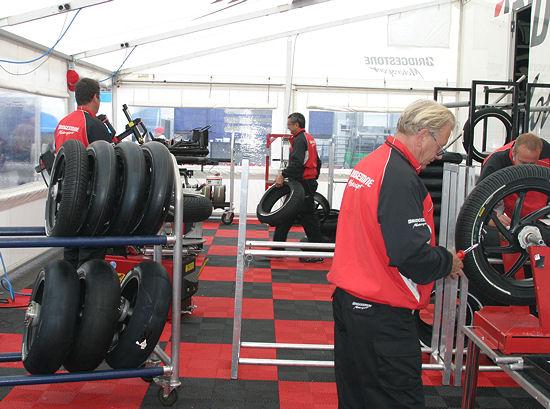 """In Bridgestones sogenannter """"Technical Area"""" ist jedes Rennwochenende eine 15-köpfige Mannschaft dafür zuständig, dass alles rund läuft: Allein sechs Monteure kümmern sich darum, dass die Gummis auf die Felgen kommen und nach einem jeden Lauf wieder herunter"""