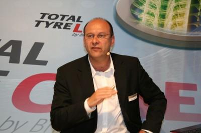 """Michaël Codron, Managing Director der Commercial Business Unit des Herstellers in der Europazentrale in Brüssel, erläutert die Ergänzungen des """"bereits äußerst erfolgreichen 'Total-Tyre-Care'-Programms"""""""
