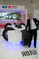 Sales and Marketing Manager Michael Kaletta präsentiert Giti Tires neuen Super-Single-Reifen GTL925 in der Größe 435/50 R19.5 160 J für den Einsatz auf modernen Megatrailern
