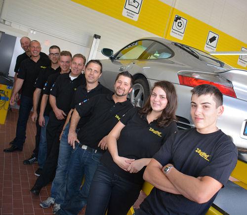 ... sich das Team um Filialleiter Michael Belibasakis (Zweiter von links) über eine modern eingerichtete helle Werkstatt freuen können