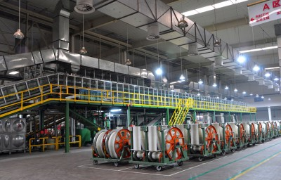 Die hell erleuchteten Produktionshallen sind klimatisiert