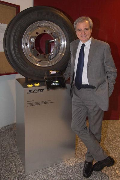 """Maurizio Boiocchi, General Manager Technologie bei Pirelli, vor einem mit dem Sensor des """"Cyber-Fleet""""-Systems ausgestatteten Pirelli-Lkw-Reifen des Typs """"ST:01"""""""