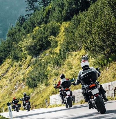 Der Umfrage zufolge ist fast die Hälfte (47 Prozent) der Motorradfahrer am liebsten in der Gruppe unterwegs zu sein, während 27 Prozent mit Sozius reisen und nur ein Viertel gern allein fährt