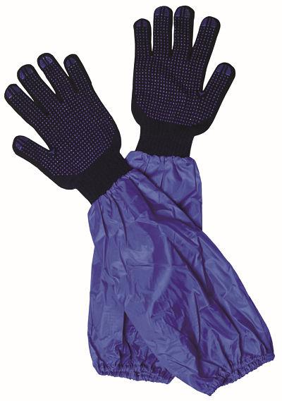 Spezielle Montagehandschuhe mit langem Schaft sind zum Schutz von Händen, Armen und Kleidung vor Nässe und Schmutz beim Anlegen der Kette gedacht