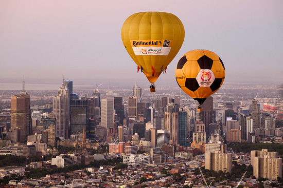 Während AFC Asien Cup 2015 ziehen Conti-Heißluftballons am Himmel ihre Bahnen über den Dächern der Austragungsstädte des in Australien ausgetragenen Turniers