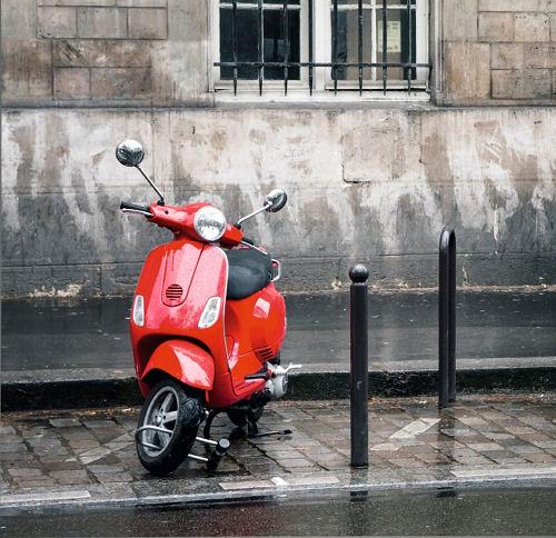 """Insbesondere bei Fahrern von Motorrollern sind wintertaugliche (Ganzjahres-)Reifen ein """"Trendthema"""", sagt der Onlinereifenhändler"""