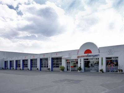 """Derzeit werden die Gummi-Berger-Filialen, so auch die am Sitz des Unternehmens in Gummersbach-Dieringhausen, von """"Gummi Berger"""" und """"Team"""" auf """"Gummi Berger"""" und """"Euromaster"""" umgebrandet"""