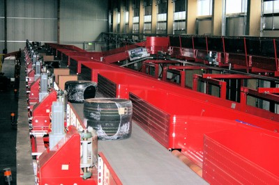 Zentraler Faktor in der Reifen-Krieg-Logistik ist die Reifensortieranlage, die in Deutschland und Europa mit einer Stundenkapazität von 6.000 Paketen mit ein oder zwei Reifen oder Rädern ihresgleichen sucht; von dort werden 18 sogenannte Relationen der Logistikpartner in Deutschland, Österreich und Frankreich direkt angefahren