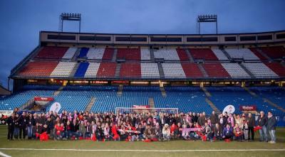 """Gut 100 Gäste besuchten Anfang Februar im Rahmen des ersten """"Kumho Partners' Weekend"""" in Madrid auch das Stadtderby zwischen Atlético und Real; hier das Gruppenfoto nach dem Spiel"""