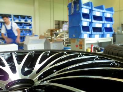 RH Alurad hat eine eigene Komplettradstraße für Reifen und Räder, zusammengebaut werden in den Räumen aber auch zwei- und dreiteilige Räder