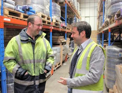 Alessandro Campos (rechts), General Manager für Vipal Europe, sowie ein Mitarbeiter eines Logistikdienstleisters führen durch das neue Vipal-Vertriebszentrum im britischen Felixstowe