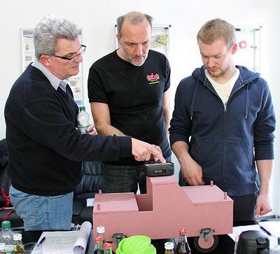 """Im praktischen Teil der RDKS-Workshops mit Auswuchtwelt-Vertriebs-/Schulungsleiter Thomas Zink (ganz links) steht """"Learning by Doing"""" im Vordergrund"""
