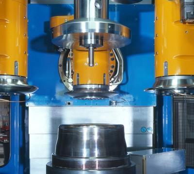 """Das vertikale Drückzentrum """"3 VDZ"""" mit einzeln programmierbaren  Rollenachsen für die Warm- und Kaltumformung von Pkw- und Lkw-Aluminiumrädern"""