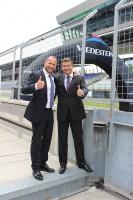 """Geschäftsführer Thomas Körpert und Harald Kilzer (Vertriebsleiter; links) sind zufrieden mit der Übergabe der  40 """"Courtesy Cars"""" an ihre Apollo-Vredestein-Kunden in Österreich"""