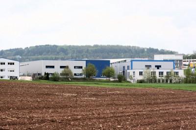 Die SDS Systemtechnik GmbH wurde 1998 gegründet, ab 2000 entstanden in der Großen Kreisstadt Calw in Baden-Württemberg schrittweise die drei heute betriebenen Produktionshallen samt Verwaltungsgebäude (vorne rechts)
