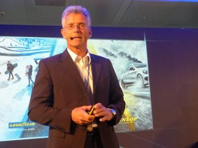 Produktmanager Holger Rehberg erläutert die Besonderheit der neuen Reifen der beiden Marken Goodyear und Dunlop