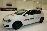 """Im Rahmen der """"Hankook I'Cept Experience"""" konnte die anwesende Fachpresse die Hankook-Reifen auch auf dem neuen Indoor-Schneehandlingkurs von Test World in Ivalo testen"""