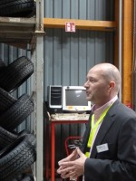 Der Chef führt persönlich durchs Reifenlager: Gamma-Vorstand Thomas Warm