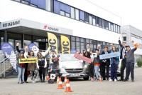 Die Klasse 6 der Werner-von-Siemens-Schule in Karlsruhe trainierte mit dem ADAC, wie man den Anhalteweg von Autos richtig einschätzt. Mit auf dem Bild: Vertreter der ADAC-Partner Michelin und Opel