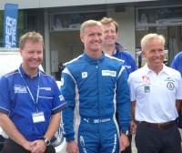 Peter J. McNally (li., General Manager aus Coopers European Technical Centre) mit dem Markenbotschafter für UHP-Reifen David Coulthard und dem für Geländereifen Xavi Foj