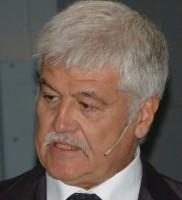 Maurizio Vischi, Präsident des Geschäftsbereiches Trelleborg Wheel Systems, gibt auf der Agritechnica die CGS-/Mitas-Akquisition bekannt