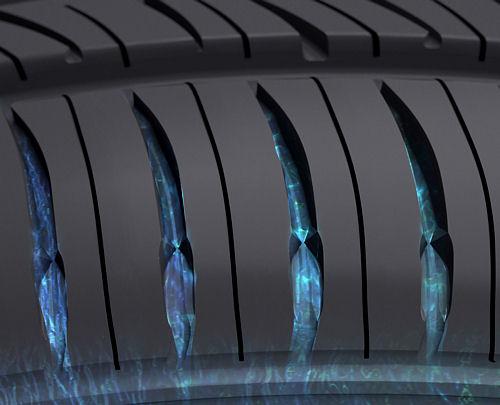 Im Bereich der inneren und äußeren Schulter weist der neue Reifen sogenannte Venturi-Rillen zwischen seinen Profilblöcken auf, die das Abfließen von Wasser beschleunigen sollen