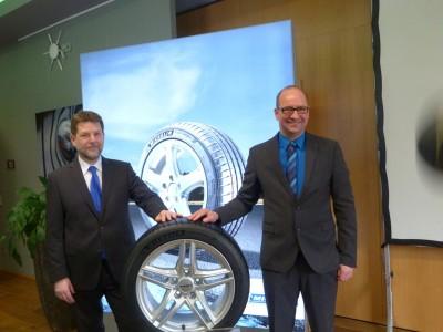 Reimund Müller (li.) und Michael Küster haben im Rahmen einer Roadshow die Michelin-Sommerreifenpalette präsentiert