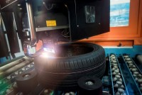 """In einer speziellen Produktionseinheit werden """"Sealguard""""-Reifen hergestellt und per Laser auch entsprechend gekennzeichnet"""