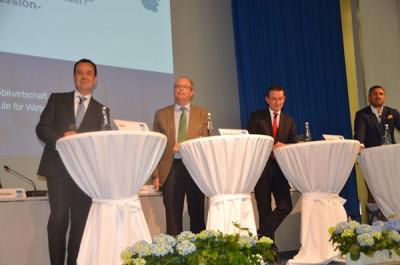 v.l. Jürgen Titz (Goodyear), Hannes Brachat (Professor für Automobilwirtschaft), Andreas Penkert (Pirelli) und Anish Taneja (Michelin) bei der Podiumsdiskussion