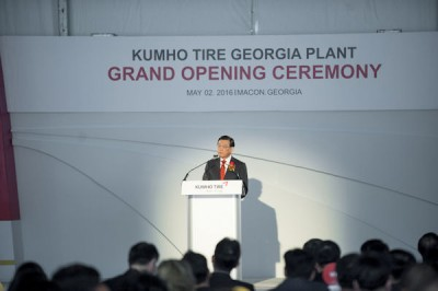 Sam-Koo Park, Chairman der Kumho Asiana Group, konnte im neuen Werk im Bibb County (Georgia/USA) zahlreiche Gäste zur Eröffnung begrüßen