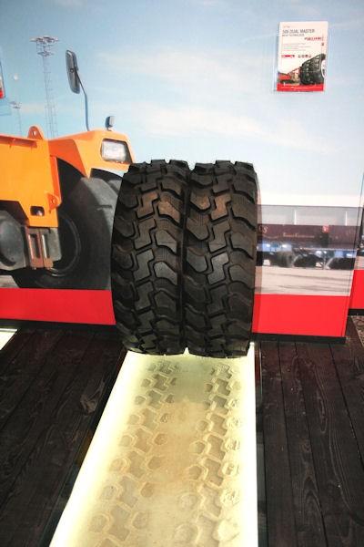 Die Alliance Tire Group stellte auf der Bauma den neuen Baggerreifen Dual Master in 315/80 R22.5 vor, der 6.800 Betriebsstunden im ersten Leben erreicht und wenigstens zwei Mal runderneuert werden kann