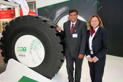 Rajiv Poddar und Lucia Salmaso sehen in einem kompletten Sortiment den Schlüssel zum Erfolg eines Herstellers auf dem OTR-Reifenmarkt