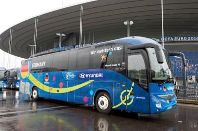 Als offizieller Sponsor der UEFA EURO 2016 stattet Continental auch den Team-Bus der deutschen Mannschaft mit Premium-Busreifen aus