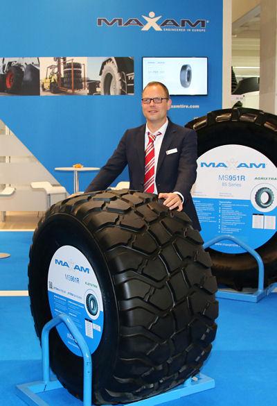 "Jens Friedrich, Produktverkaufsleiter AS-Reifen Pneuhage/Interpneu, präsentiert den gemeinsam mit Maxam entwickelten neuen Flotationreifen ""FlotXtra"""
