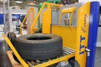 Neu bei den Shearografieanlagen von SDS: die automatische Reifenkonturdetektion (Tyre Contour Detector bzw. TCD; im Bild als goldene Erweiterung zu sehen), mit der sich die Effizienzen in der Produktion steigern und die Fehlerquote verringern lässt