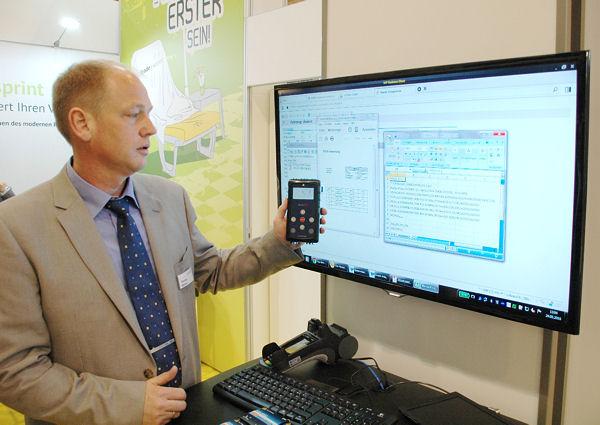 Vom Sensor ins ERP-System und wieder zurück: Thorsten Behrens demonstriert, wie die Cormeta-Lösung zu RDKS zum Einsatz kommt