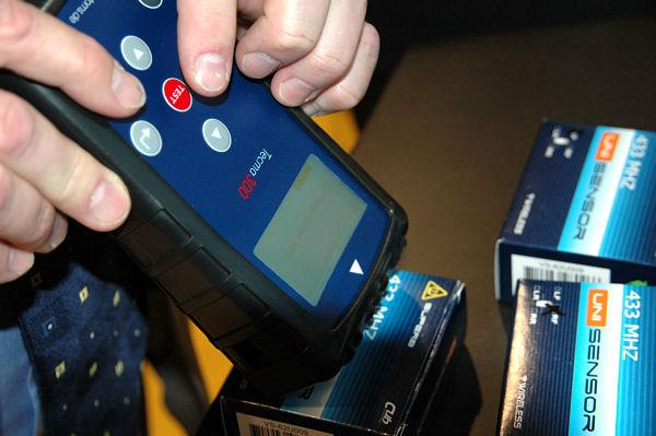 """Beim Anlernen des Sensors über Funktion ,,Sensor programmieren"""" wird das Fahrzeug mittels Identnummer ausgewählt und """"Tradesprint"""" erkennt zu dem Fahrzeug den hinterlegten Sensortyp, sodass die Daten dann auf den Sensor geschrieben werden können"""