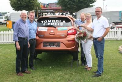 Simone Scheler (2.v.r.) nimmt aus den Händen von Ausstellungs-Geschäftsführer Frank Holle (r.) die Autoschlüssel in Empfang. Zusammen mit Ehemann Carsten Scheler (3.v.r.) freuen sich Bürgermeister Wolf Vogel (l.) und Mario Wichnewski vom Autohaus Brunkhorst